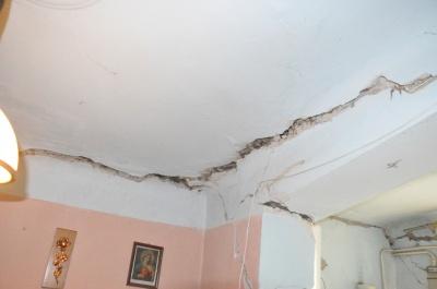 «Боїмося тут залишатись»: у Чернівцях через зсув грунту обвалився житловий будинок – фото