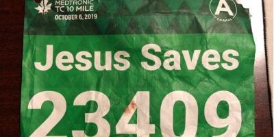 """У США бігун на ім'я Ісус врятував суперника з наклейкою """"Ісус рятує"""""""