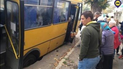 Маршрутка з пасажирами провалилася під землю під час руху - відео