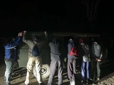 На Буковині 8 контрабандистів намагались переправити через кордон 44 ящики з цигарками