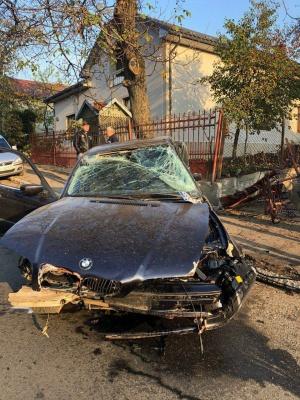 У Чернівцях п'яний водій розтрощив паркан і своє BMW - фото
