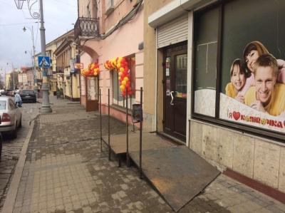 У центрі Чернівців незаконно облаштовують пандус