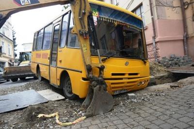 У центрі Чернівців шкільний автобус з дітьми злетів у траншею – фото