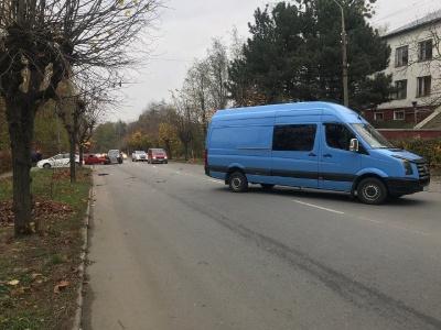 Потрійне ДТП на Кемпінгу: водій легковика допустив зіткнення з мікроавтобусом та джипом