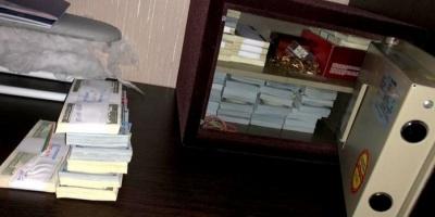 У Харкові в чиновника Фонду держмайна під час обшуку знайшли понад $500 тисяч