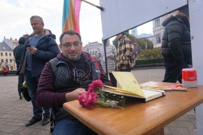 У центрі Чернівців перехожим роздають «паспорти Австро-Греції» – фото