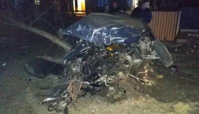 На Буковині Volkswagen з єврономерами розтрощив опору: водій загинув
