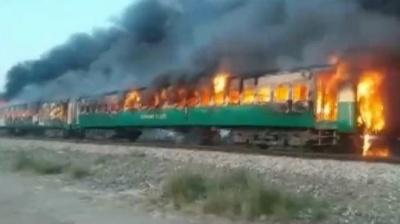 У Пакистані щонайменше 73 пасажири потяга згоріли живцем