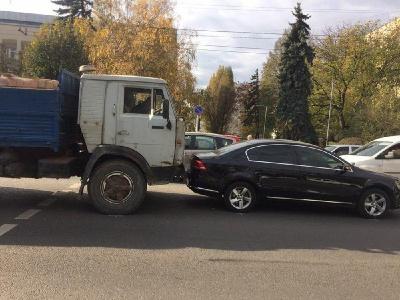ДТП у Чернівцях: КамАЗ врізався у легковик