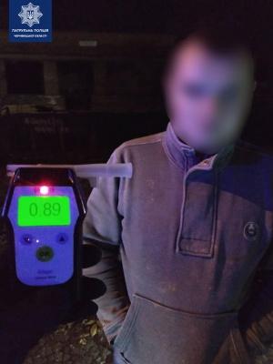 У Чернівцях, поки поліцейські затримували п'яного водія, нетверезий пасажир втік на авто