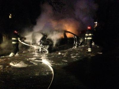 У Чернівцях на проспекті вщент згоріло авто - фото