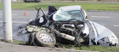 У Дніпрі водій розтрощив BMW об стовп: постраждали троє дітей