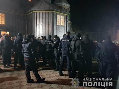 У храмі на Буковині сталася сутичка між вірянами - відео