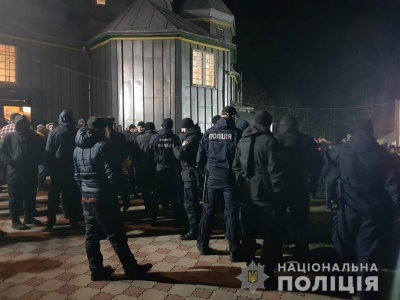 В храме на Буковине произошло столкновение между верующими - видео