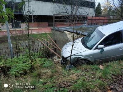 У Чернівцях легковик загадково злетів зі схилу біля готелю «Черемош» – фото