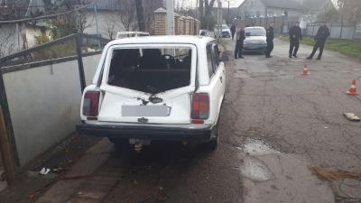 У Чернівцях водій мопеда врізався у припаркований ВАЗ: чоловіка забрала швидка