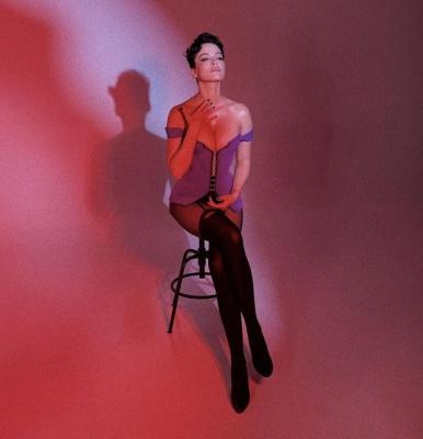 Гаряча Даша Астаф'єва підкреслила пишні груди у корсеті в новій фотосесії