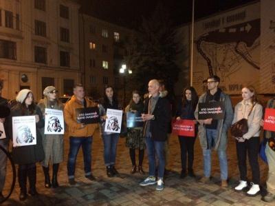 «Мовчання вбиває»: у Чернівцях небайдужі вшанували пам'ять Катерини Гандзюк – фото