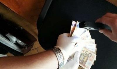 На Буковині завідувачку медичного коледжу затримали на хабарі 1000 євро: справу передали до суду