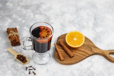 Як зробити німецький глінтвейн із чаєм й апельсинами