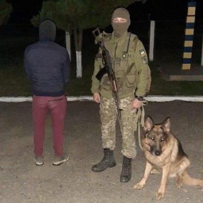 Вночі на Буковині прикордонники затримали молодика і 2,5 тисяч пачок сигарет
