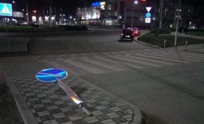 У Чернівцях на проспекті Незалежності пошкодили нові дорожні знаки – фото