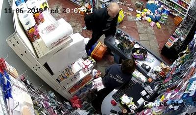 У Хотині неадекватний чоловік побив чотирьох продавчинь і відвідувачів магазину – відео