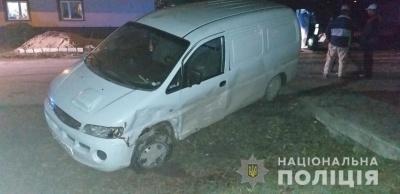 На Буковині бус із п'яним водієм перекинувся на трьох пішоходів, одна людина загинула