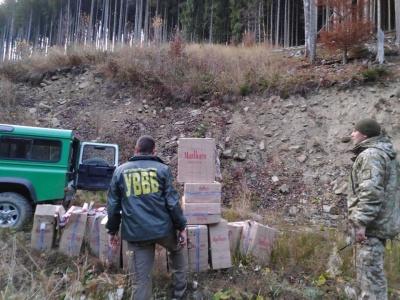 Біля кордону на Буковині виявили сховок із цигарками на пів мільйона: двох юнаків затримали