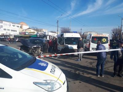 ДТП у Чернівцях: біля «Черемошу» легковик зіткнувся з каретою швидкої - фото