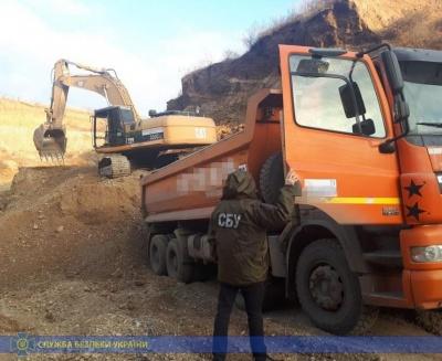 Дві будівельні фірми з Буковини викрили на незаконному видобутку гравію
