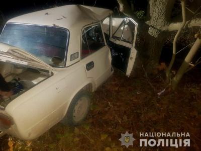 На Буковині «Жигулі» врізались у дерево, двоє осіб у лікарні