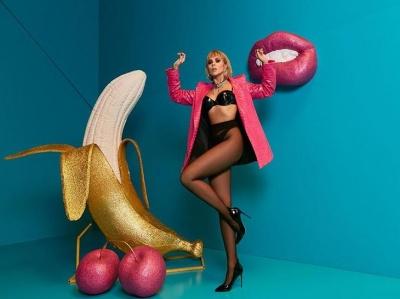 Настя Каменських показала пікантне фото з бананом та вишеньками