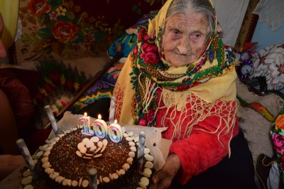 Була знаною весільною кухаркою: буковинка відсвяткувала 100-літній ювілей
