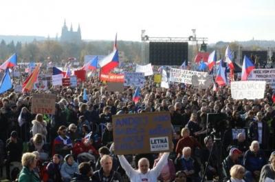 У Празі сотні тисяч протестувальників вийшли на вулиці – фото