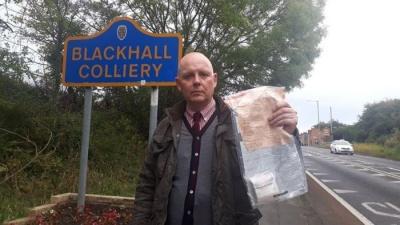 В англійському селі жителям невідомий підкидає гроші в пакетах