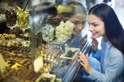 Медики розповіли про корисні властивості солодощів
