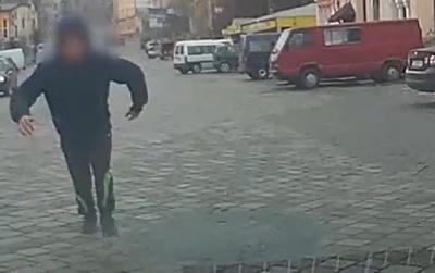 У Чернівцях юнак заради «лайків» пробігся по машині патрульних і сховався від них під вагоном