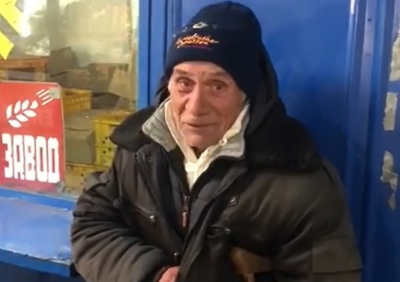 Зворушливе відео: у Чернівцях небайдужі перехожі подарували теплий одяг дідусю, який просив милостиню