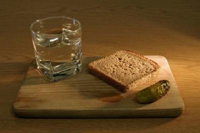 Чому горілку не можна закушувати маринованими огірками