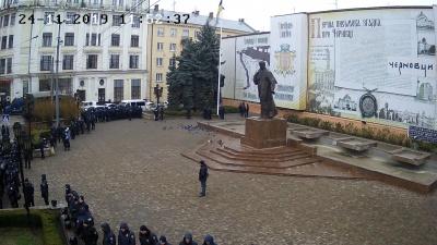 У Чернівцях десятки правоохоронців оточили Центральну площу – фото