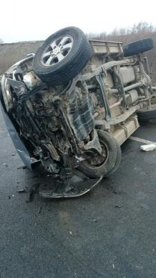 На об'їзній дорозі в Чернівцях перекинулось авто, четверо людей постраждали – фото