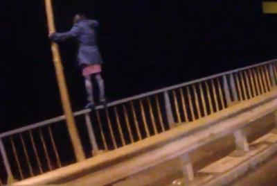 На Буковині патрульні врятували жінку, яка хотіла стрибнути з мосту - відео