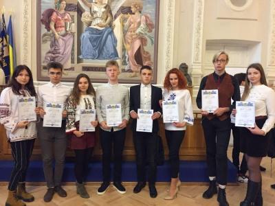 Десятеро учнів з Буковини отримуватимуть стипендію від президента