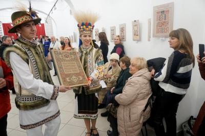 У Чернівцях презентували майже 7-кілограмову книжку - фото