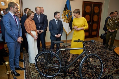 Зеленському подарували в Естонії велосипед і банку меду