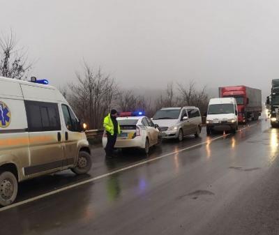 Поблизу Чернівців зіткнулись фура, мікроавтобус і легковик: є потерпілі - фото