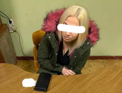 На Буковині жінки намагались передати засудженим наркотики, заховані у шкарпетках і цукерках