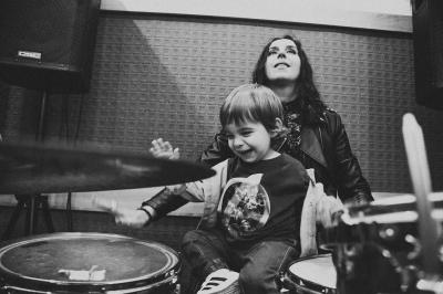 Маленький син Джамали захопився грою на барабанах - фото