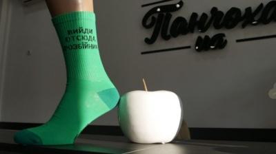 """""""Вийди отсюда, розбійник"""": у Житомирі створили шкарпетки з цитатами Зеленського"""